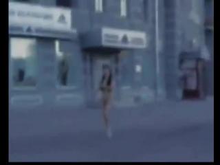 Русская девушка проиграла спор: бегает голая по улицам