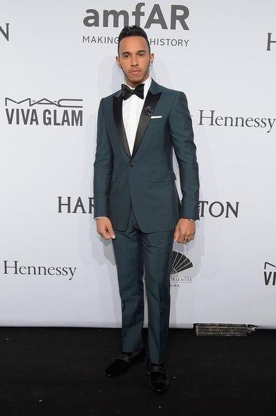 Льюис Хэмилтон Гала-ужин amfAR-2015 в Нью-Йорке серый костюм белая рубашка бабочка