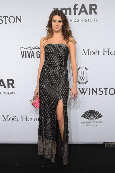 Изабели Фонтана Гала-ужин amfAR-2015 в Нью-Йорке платье в пол с длинным вырезом змеиная кожа