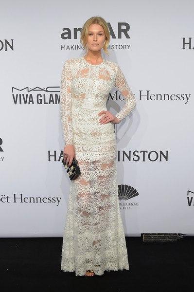 Тони Гаррн amfAR-2015 в Нью-Йорке нежное белое платье в пол