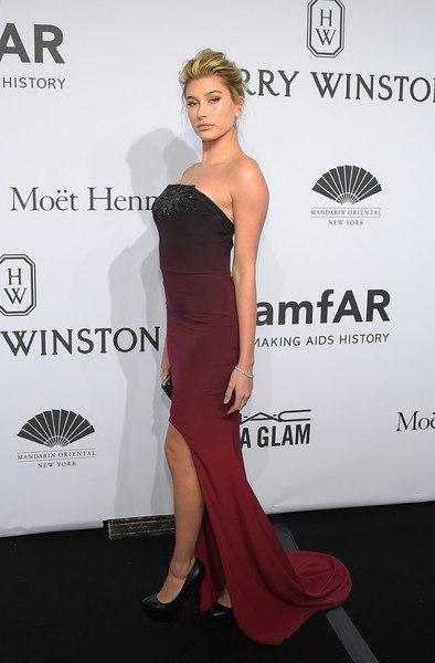 Хейли Болдуин бардовое платье в пол Гала-ужин amfAR-2015 в Нью-Йорке