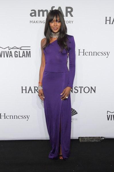 Наоми Кэмпбелл amfAR-2015 в Нью-Йорке фиолетовое платье в пол