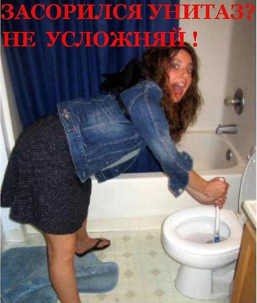 devushku-zakrili-v-tualete-i