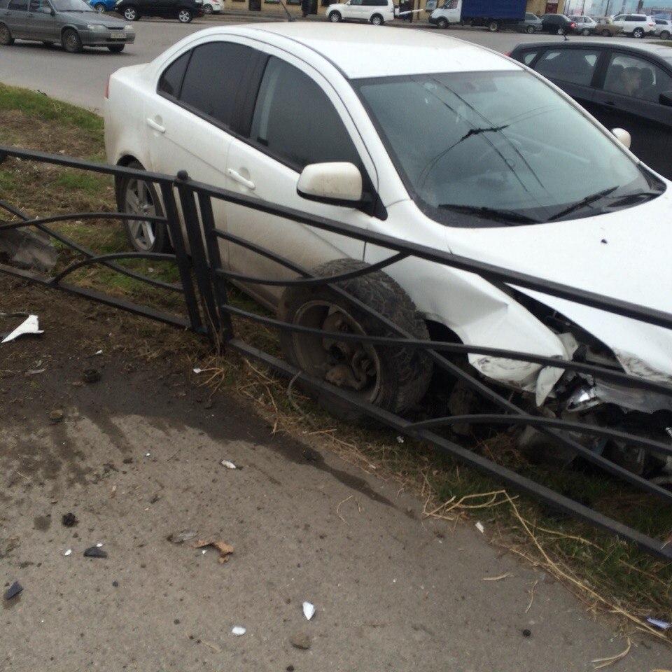 В Таганроге нетрезвый водитель Mitsubishi Lancer снес ограждение и врезался в столб