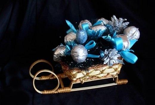 Новогодние подарки из гофрированной бумаги и конфет 8