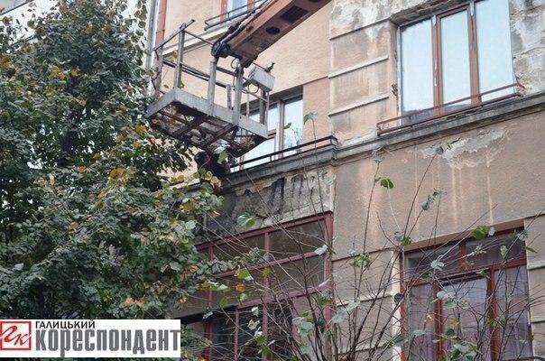 В Івано-Франківську демонтують карниз, частина якого обвалилась на дівчину 2