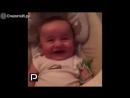 Угорающий со смеху малыш