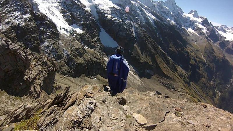 Сумасшедший вингсьют бейсджампинг, пролет через 2-х метровый проем в скале, Uli Emanuele, Crazy Wingsuit base jumping