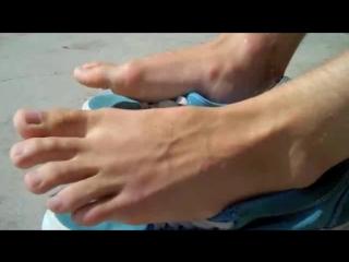 Elijahs bare feet