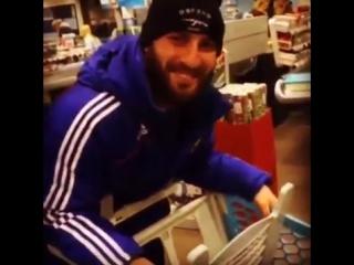 Абукар Яндиев и Адам Бакаев в супермаркете в Голландии