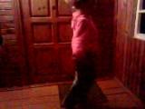 Дашульке 4,5 года. Вот как умеет танцевать, а музыку Пашик включает))) Пока мама с папой не видят)))