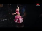 Menina de 4 anos surpreende plateia com dança do ventre !!!!