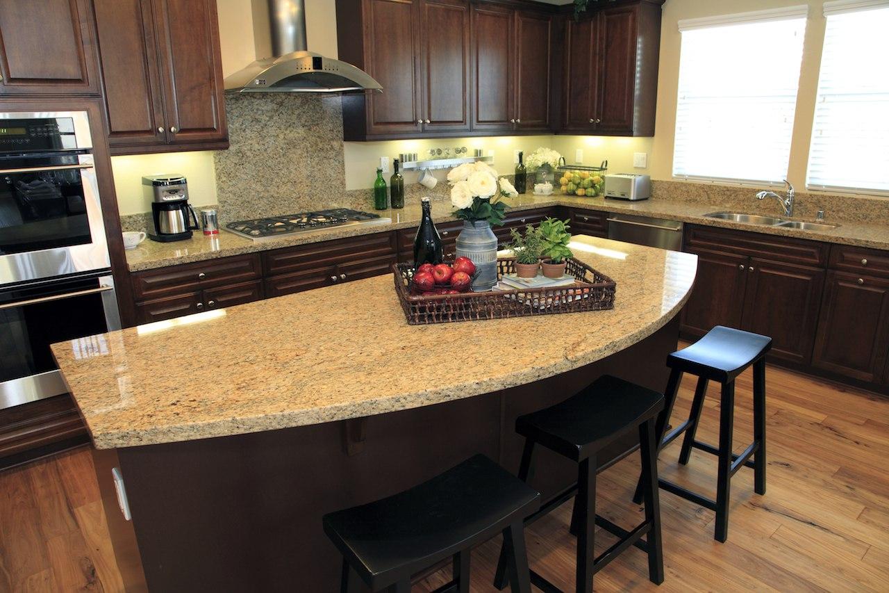 Дизайн кухни со столом