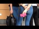 Две девочки в обътягивающих джинсах и их прелести, попки
