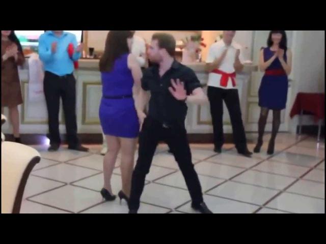 Классно танцует парняга