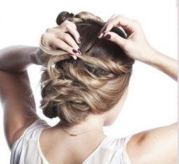 Прическа на вьющиеся волосы на скорую руку