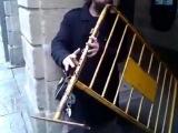 Самый необычный уличный музыкант.