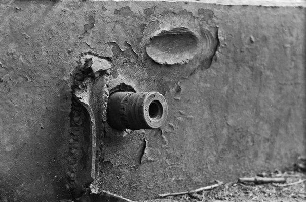 Немецкий снаряд застрял в броне советского танка КВ-1.