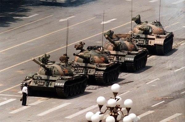 Один-единственный человек вышел перед колонной танков рядом с площадью Тяньаньмэнь в Пекине во время беспорядков в июне 1989 года. В руках у него было два обычных пластиковых пакета, которыми он погрозил танкам, когда те остановились.