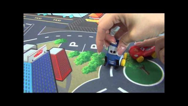 Giocare con i giocattoli Disney The Cars. Cascatore Fulmine McQueen su un trampolino di lancio