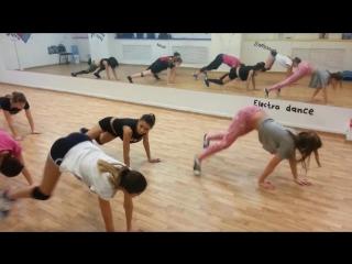 Начинающие.Beginning group TWERK. Профессиональная школа танца JLT school.2015 год. [720p]