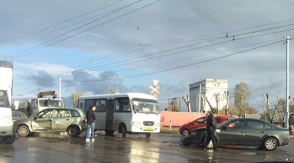 В Таганроге на Николаевском шоссе столкнулись Volkswagen Passat и Lada Kalina