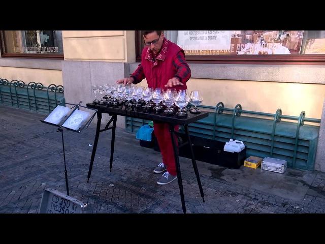Пражская уличная музыка. Игра на бокалах с водой