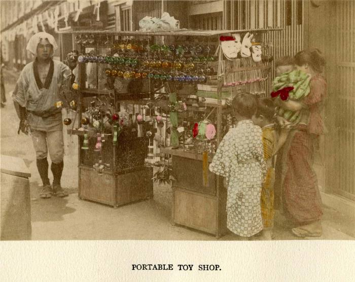 На снимках конца XIX — начала XX века местными и иностранными фотографами запечатлены сценки из жизни торговцев, ремесленников, домохозяек и рукодельниц Страны восходящего солнца.