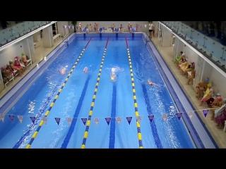 Экзамен по плаванию.стрелочка и брас на спине Катя на 3 дорожке голубые плавки и жёлтая шапочка.