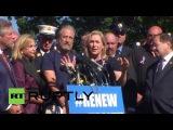 США: Джон Стюарт присоединяетился 9/11 пожарные протестуют на Капитолийском Холме.