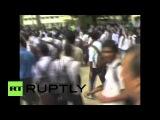 Индия: Бунт! Студенты разбил школу с помощью крикет летучих мышей.