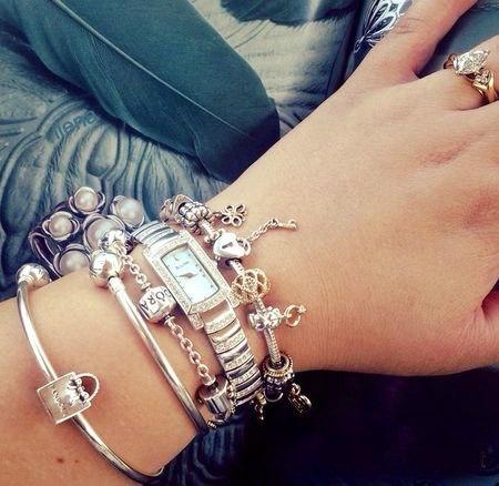 Фото часов на руке и браслетов пандора