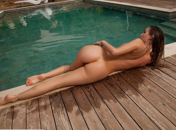 Голая купается в бассейне фото