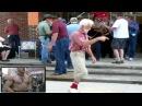 Весёлый дедушка танцует с техно викингом