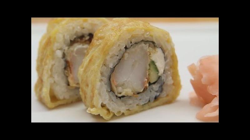 Ролл завернутый в омлет с тигровыми криветками.  Как сделать суши.  Японская кухня