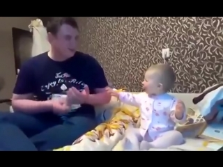 Папа красиво поёт, дочка классно танцует! Приколы с детьми)))