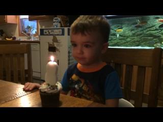 Мальчик не смог задуть свечку. Отец нашел выход