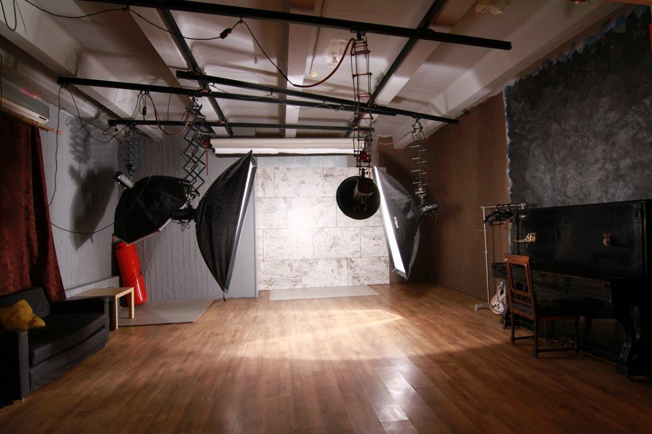 двух фотостудия со сценой для фотосессии здесь сюжет