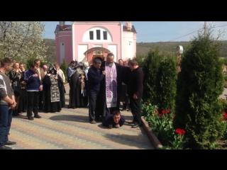 Cвященник прокатился верхом на одержимом бесами