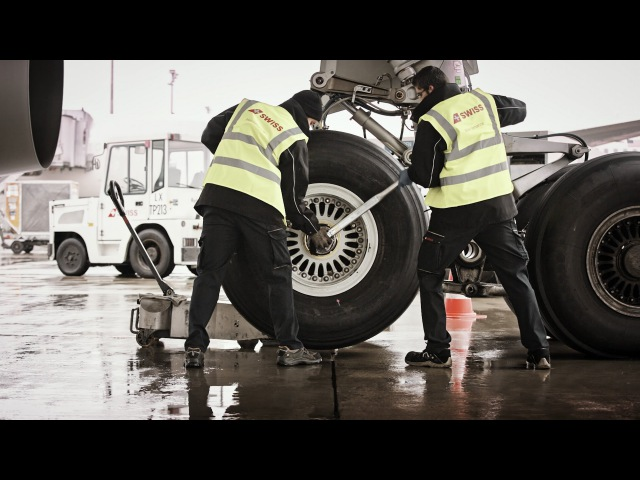 SWISS Technical Division - Changing an A330 wheel   SWISS