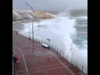 Paseo de la Playa de Las Canteras durante el temporal de mar y viento de este fin de semana