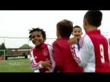 У маленьких футболистов Аякса принято отмечать свои голы в стиле Криштиану Роналду