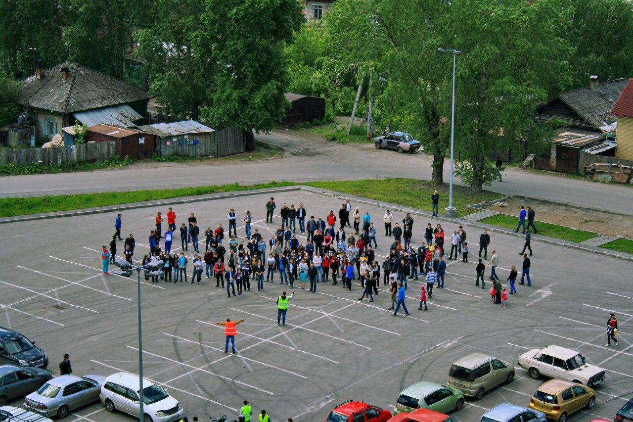 Более ста машин приняли участие во флешмобе «Мы за дороги!» в Томске