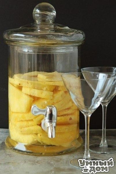 Ананасовая настойка Ингредиенты: 1 свежий ананс 1 лист Столичной водки Приготовление: 1. Ананас нарежьте на кубики и выложите в большую емкость с пробкой. 2. Залейте водкой так, чтобы она полностью покрывала ананас. 3. Оставьте на 12-14 дней. 4. Для подачи настойку налейте в шейкер и взболтайте вместе со льдом. Процедите и подавайте в бокале для мартини. Вкусно жить не запретишь! Умная хозяюшка - на кухне ты Творишь!
