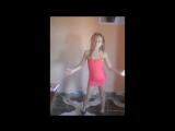 Девочка в розовом перед камерой