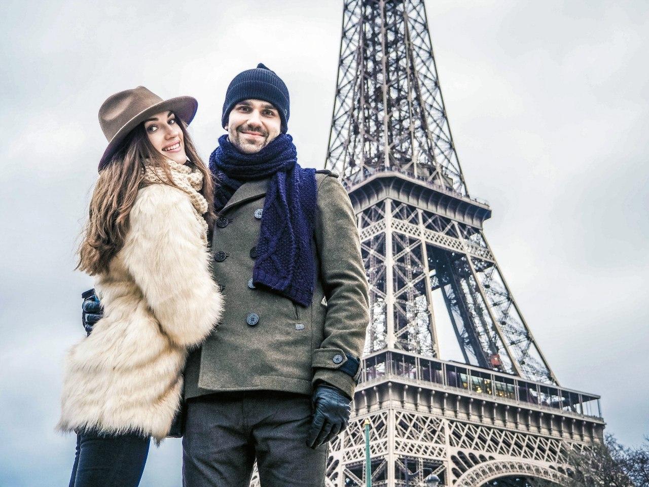 Фотография влюбленных в Париже на фоне башни