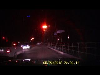 Одни полицейские проезжают на красный свет , а стоящая рядом патрульная машина ноль внимания на это