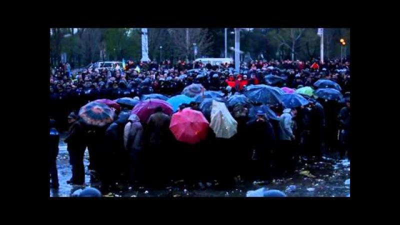 13 апреля 2014. Запорожье. Как запорожцы закидали яйцами пророссийских активистов 13 04 14