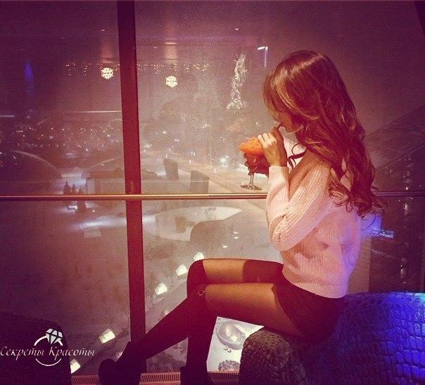девушка и коктейль