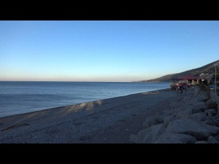 Прохладное ноябрьское утро в Лазаревском. Солнце и берег моря 1 ноября 2015 года.